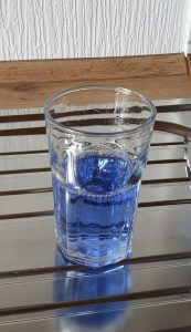 Dankbar und glücklich - Glas halbvoll-halbleer
